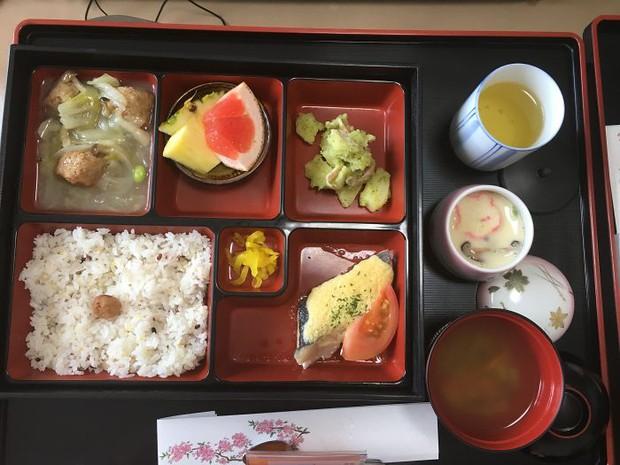 Đồ ăn bệnh viện đẳng cấp Nhật Bản: Nhìn qua bữa ăn của sản phụ, ai cũng tưởng đồ order nhà hàng - Ảnh 12.