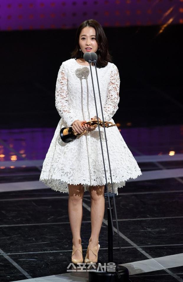 """Thảm đỏ The Seoul Awards: """"Hoa hậu Hàn đẹp nhất thế giới"""" chiếm hết spotlight, Yoona (SNSD) liên tục dùng tay che vòng 1 khiêm tốn - Ảnh 12."""