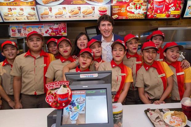 Thủ tướng điển trai Justin Trudeau đi mua gà rán, nước dâu tây và vui vẻ selfie với người hâm mộ tại Philippines - Ảnh 12.