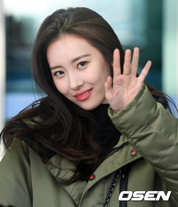 Jessica trở lại thời kỳ đỉnh cao nhan sắc nhưng lại lộ chân tong teo, Sunmi cùng dàn sao Hàn đổ bộ sân bay - Ảnh 12.