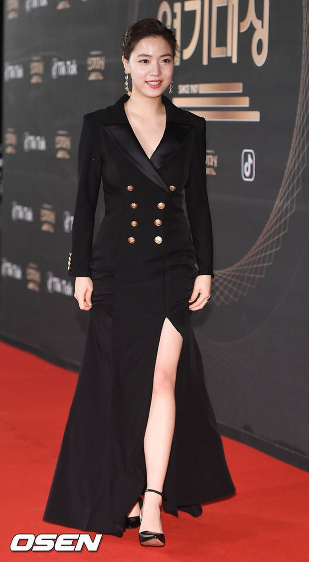 Thảm đỏ KBS Drama Awards: Kim Ji Won gây sốc.. vì quá đẹp, Jang Nara đọ sắc với Kim So Hyun và dàn chị đại không tuổi - Ảnh 16.