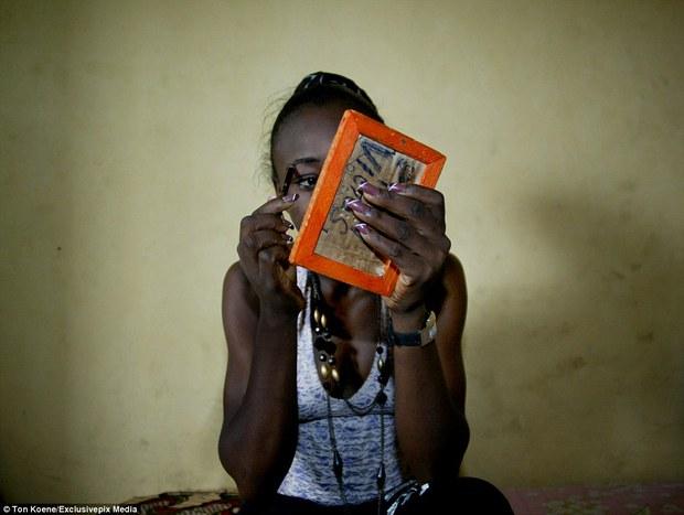 Bên trong nhà thổ nơi hàng chục nghìn gái mại dâm nhiễm HIV hành nghề và reo rắc nỗi kinh hoàng cho nhân loại - Ảnh 8.