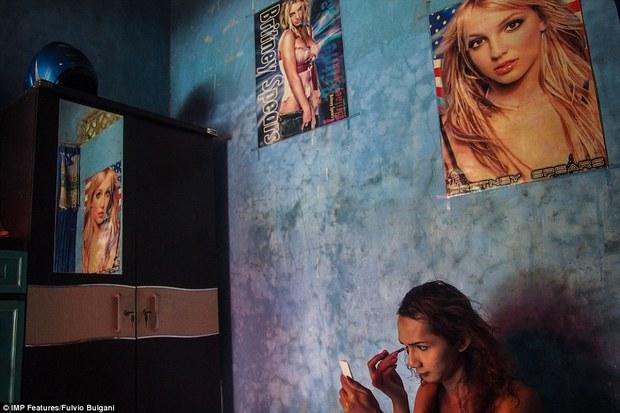 Chùm ảnh: Cuộc sống tủi nhục của người chuyển giới Indonesia - Ảnh 8.