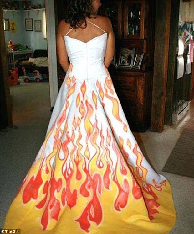 Những bộ váy cưới khiến khách đi ăn tiệc cười chết ngất: Độc là được, xấu đẹp miễn bàn - Ảnh 12.