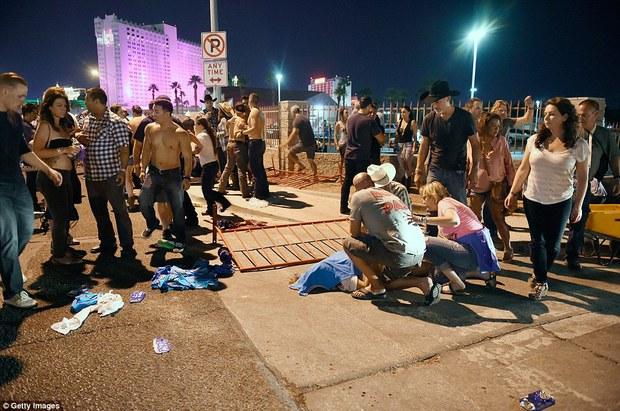 Vụ xả súng đẫm máu nhất lịch sử Mỹ: con số thương vong tại Las Vegas đã tăng lên gần 600 người - Ảnh 2.