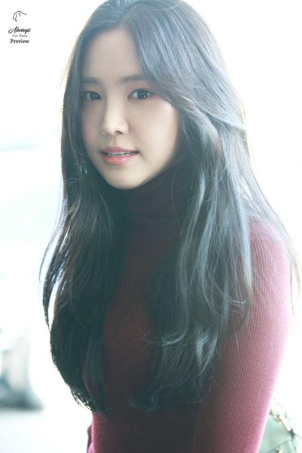 Dáng chuẩn eo thon, ngọc nữ Naeun (A Pink) lại doạ fan với gương mặt đơ cứng, sưng phồng khác thường - Ảnh 13.