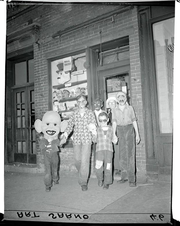 Những bộ hóa trang ám ảnh đến rùng rợn: Halloween ngày xưa kinh dị hơn giờ gấp nhiều lần - Ảnh 12.
