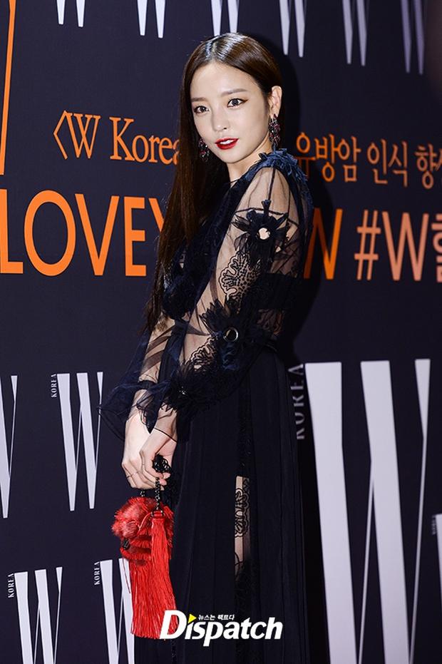 """Sự kiện hiếm có: """"Mẹ Kim Tan"""" Kim Sung Ryung hở bạo, cùng dàn mỹ nhân không tuổi thay nhau """"đè bẹp"""" các nhan sắc đàn em - Ảnh 13."""