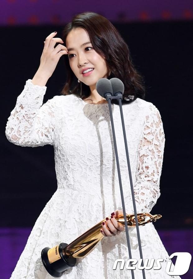 """Thảm đỏ The Seoul Awards: """"Hoa hậu Hàn đẹp nhất thế giới"""" chiếm hết spotlight, Yoona (SNSD) liên tục dùng tay che vòng 1 khiêm tốn - Ảnh 13."""
