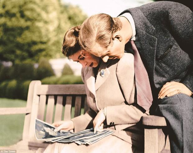 Dù 70 năm trôi qua, Nữ hoàng Elizabeth và Hoàng thân Philip vẫn hạnh phúc trong bộ ảnh kỷ niệm ngày cưới - Ảnh 9.