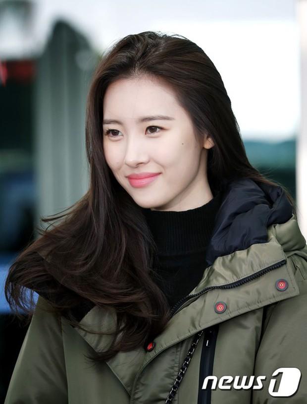 Jessica trở lại thời kỳ đỉnh cao nhan sắc nhưng lại lộ chân tong teo, Sunmi cùng dàn sao Hàn đổ bộ sân bay - Ảnh 13.