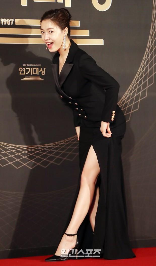 Thảm đỏ KBS Drama Awards: Kim Ji Won gây sốc.. vì quá đẹp, Jang Nara đọ sắc với Kim So Hyun và dàn chị đại không tuổi - Ảnh 17.