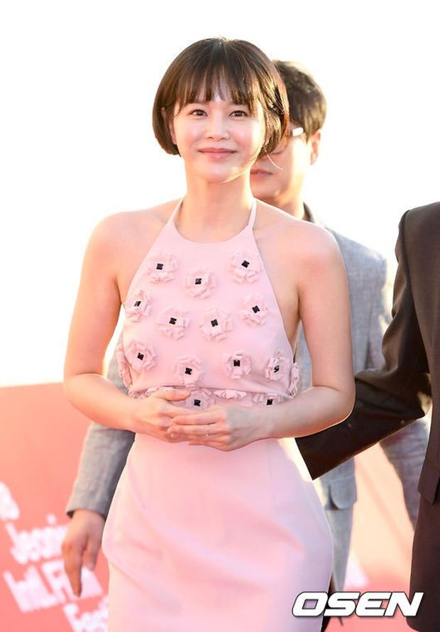 Thảm đỏ liên hoan phim quốc tế gây chú ý với màn đọ sắc của loạt mỹ nhân không tuổi đình đám xứ Hàn - Ảnh 14.
