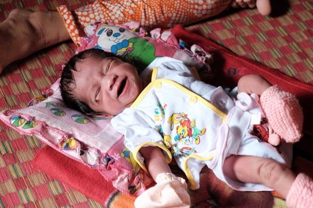 Nhìn cách người mẹ điên chăm sóc con gái sơ sinh 15 ngày tuổi ai cũng xúc động vì tình mẫu tử - Ảnh 14.