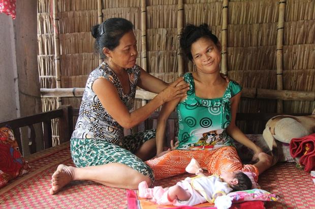 Cuộc sống đã có niềm vui của người mẹ điên sinh con gái vì bị hiếp dâm sau một tháng được mọi người giúp đỡ - Ảnh 14.