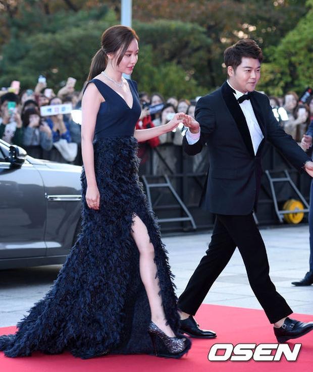 """Thảm đỏ The Seoul Awards: """"Hoa hậu Hàn đẹp nhất thế giới"""" chiếm hết spotlight, Yoona (SNSD) liên tục dùng tay che vòng 1 khiêm tốn - Ảnh 14."""