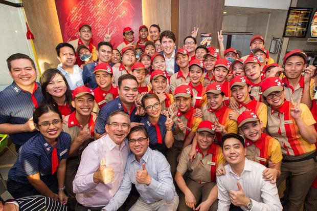 Thủ tướng điển trai Justin Trudeau đi mua gà rán, nước dâu tây và vui vẻ selfie với người hâm mộ tại Philippines - Ảnh 14.