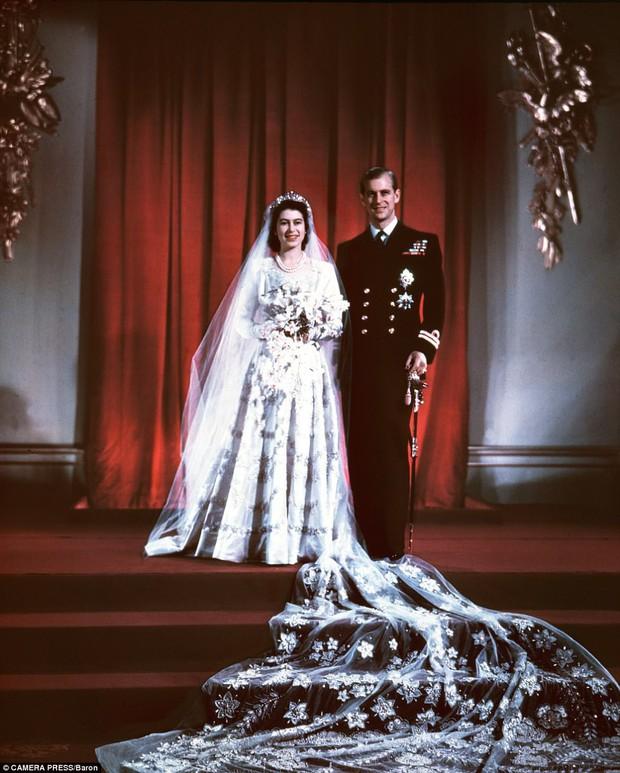 Dù 70 năm trôi qua, Nữ hoàng Elizabeth và Hoàng thân Philip vẫn hạnh phúc trong bộ ảnh kỷ niệm ngày cưới - Ảnh 3.