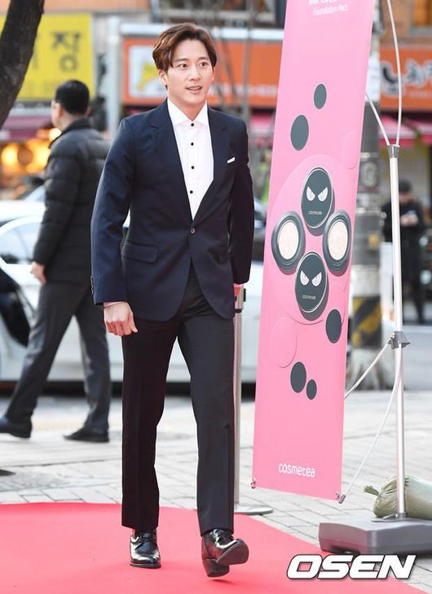 Thảm đỏ Liên hoan phim: Em trai Kim Tae Hee tái xuất, Phạm Băng Băng Hàn Quốc diện đầm khó hiểu bên Eunjung - Ảnh 14.