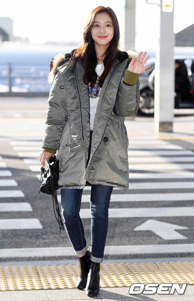 Jessica trở lại thời kỳ đỉnh cao nhan sắc nhưng lại lộ chân tong teo, Sunmi cùng dàn sao Hàn đổ bộ sân bay - Ảnh 14.