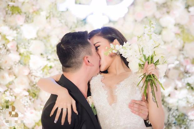 Đám cưới sang chảnh với 10.000 bông hoa tươi và váy đính 5.000 viên pha lê của cô dâu xinh đẹp ở Hà Nội - Ảnh 14.