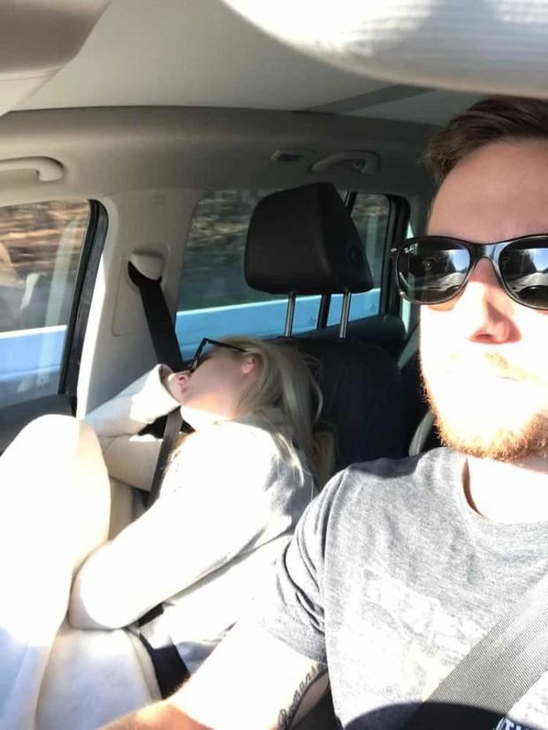 Ông chồng có tâm nhất năm: Cứ nhằm lúc vợ ngủ ngáy trên xe là chụp ảnh rồi khoe khắp mạng xã hội - Ảnh 14.