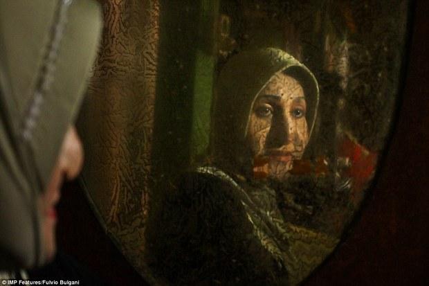 Chùm ảnh: Cuộc sống tủi nhục của người chuyển giới Indonesia - Ảnh 3.