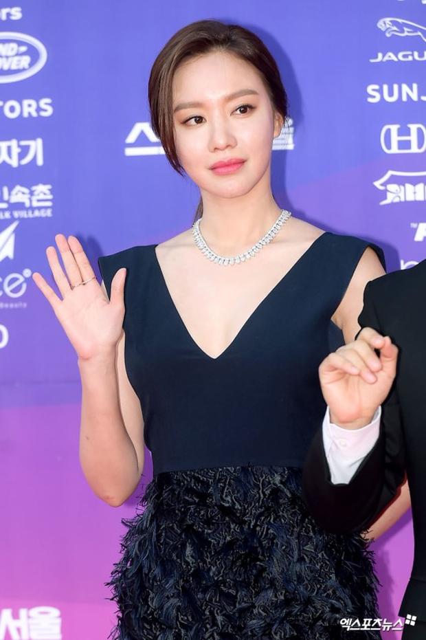 """Thảm đỏ The Seoul Awards: """"Hoa hậu Hàn đẹp nhất thế giới"""" chiếm hết spotlight, Yoona (SNSD) liên tục dùng tay che vòng 1 khiêm tốn - Ảnh 15."""