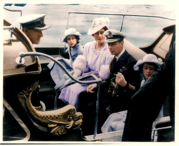 Dù 70 năm trôi qua, Nữ hoàng Elizabeth và Hoàng thân Philip vẫn hạnh phúc trong bộ ảnh kỷ niệm ngày cưới - Ảnh 10.