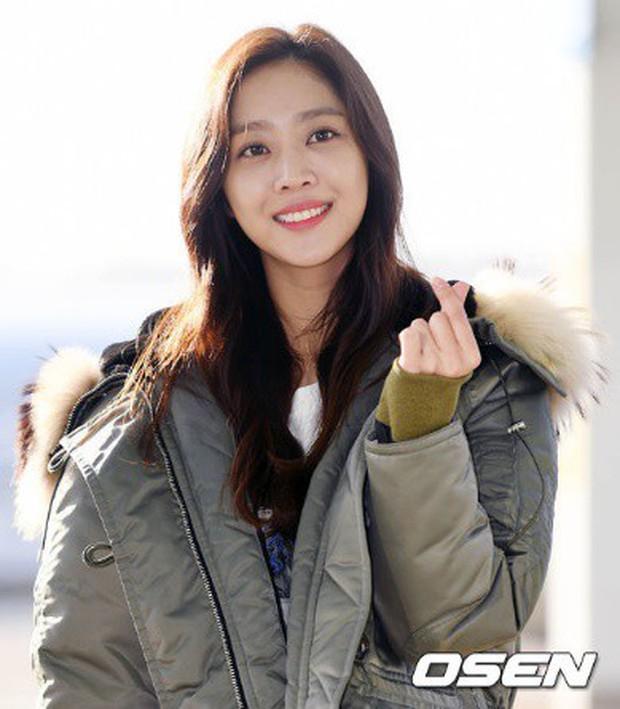 Jessica trở lại thời kỳ đỉnh cao nhan sắc nhưng lại lộ chân tong teo, Sunmi cùng dàn sao Hàn đổ bộ sân bay - Ảnh 15.