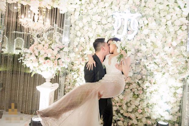 Đám cưới sang chảnh với 10.000 bông hoa tươi và váy đính 5.000 viên pha lê của cô dâu xinh đẹp ở Hà Nội - Ảnh 15.