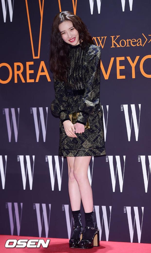 """Sự kiện hiếm có: """"Mẹ Kim Tan"""" Kim Sung Ryung hở bạo, cùng dàn mỹ nhân không tuổi thay nhau """"đè bẹp"""" các nhan sắc đàn em - Ảnh 16."""