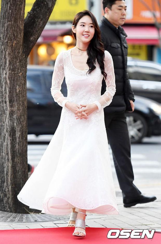 Thảm đỏ Liên hoan phim: Em trai Kim Tae Hee tái xuất, Phạm Băng Băng Hàn Quốc diện đầm khó hiểu bên Eunjung - Ảnh 16.