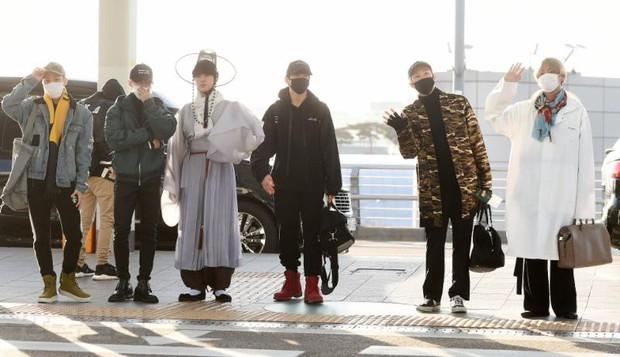 Jessica trở lại thời kỳ đỉnh cao nhan sắc nhưng lại lộ chân tong teo, Sunmi cùng dàn sao Hàn đổ bộ sân bay - Ảnh 16.