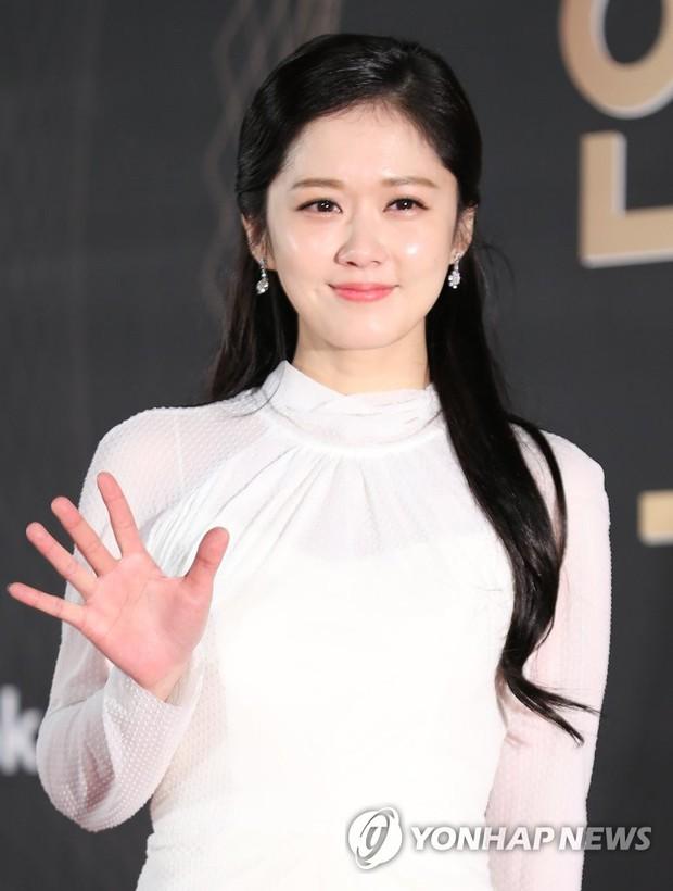 Thảm đỏ KBS Drama Awards: Kim Ji Won gây sốc.. vì quá đẹp, Jang Nara đọ sắc với Kim So Hyun và dàn chị đại không tuổi - Ảnh 12.