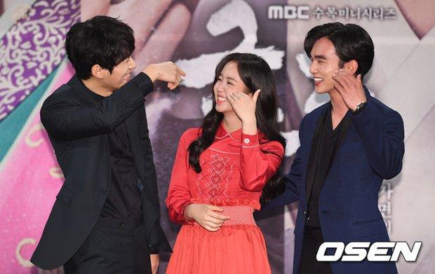 Yoo Seung Ho và L đứng cạnh nhau thôi cũng khiến fan đau đầu, Kim So Hyun mặt tròn vẫn xinh - Ảnh 17.