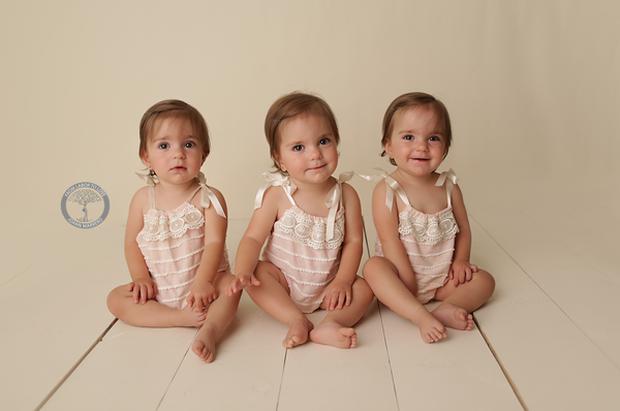 Bộ ảnh dễ thương của 3 bé sinh ba tự nhiên hiếm gặp trên thế giới - Ảnh 17.