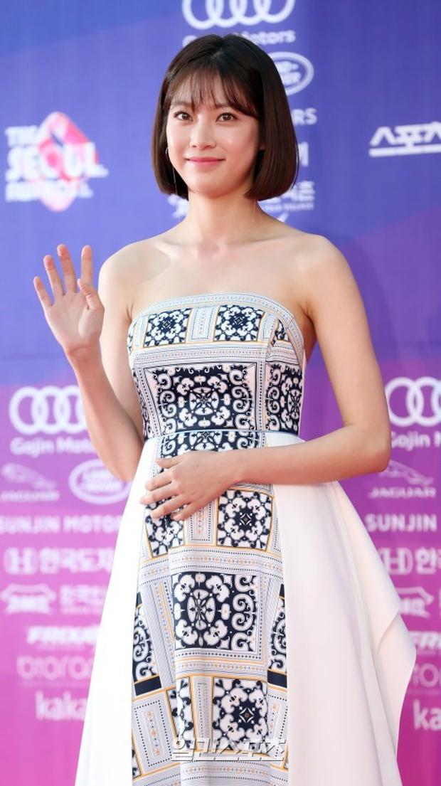 """Thảm đỏ The Seoul Awards: """"Hoa hậu Hàn đẹp nhất thế giới"""" chiếm hết spotlight, Yoona (SNSD) liên tục dùng tay che vòng 1 khiêm tốn - Ảnh 17."""
