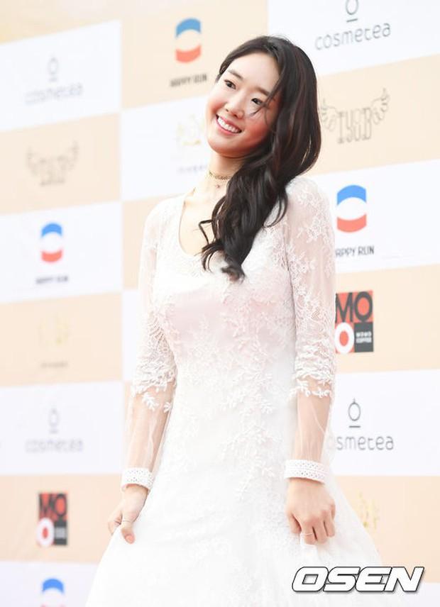 Thảm đỏ Liên hoan phim: Em trai Kim Tae Hee tái xuất, Phạm Băng Băng Hàn Quốc diện đầm khó hiểu bên Eunjung - Ảnh 17.