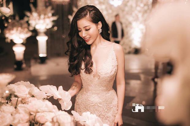 Đám cưới sang chảnh với 10.000 bông hoa tươi và váy đính 5.000 viên pha lê của cô dâu xinh đẹp ở Hà Nội - Ảnh 17.