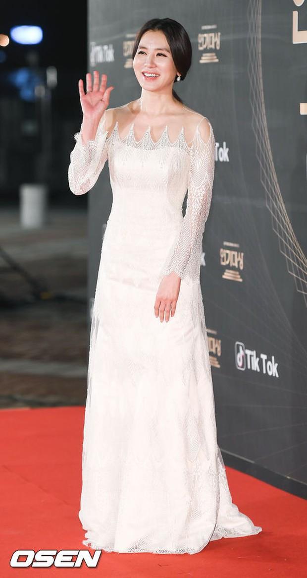 Thảm đỏ KBS Drama Awards: Kim Ji Won gây sốc.. vì quá đẹp, Jang Nara đọ sắc với Kim So Hyun và dàn chị đại không tuổi - Ảnh 13.