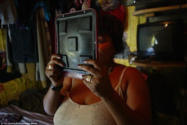 Bên trong nhà thổ nơi hàng chục nghìn gái mại dâm nhiễm HIV hành nghề và reo rắc nỗi kinh hoàng cho nhân loại - Ảnh 11.