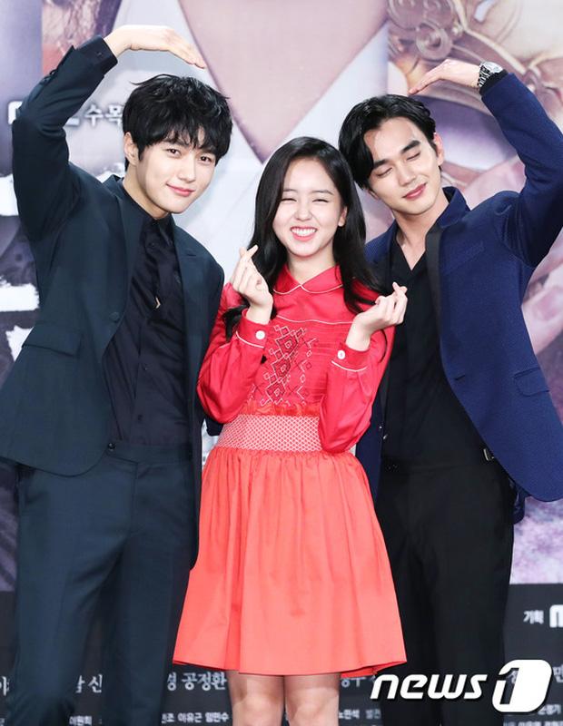 Yoo Seung Ho và L đứng cạnh nhau thôi cũng khiến fan đau đầu, Kim So Hyun mặt tròn vẫn xinh - Ảnh 18.