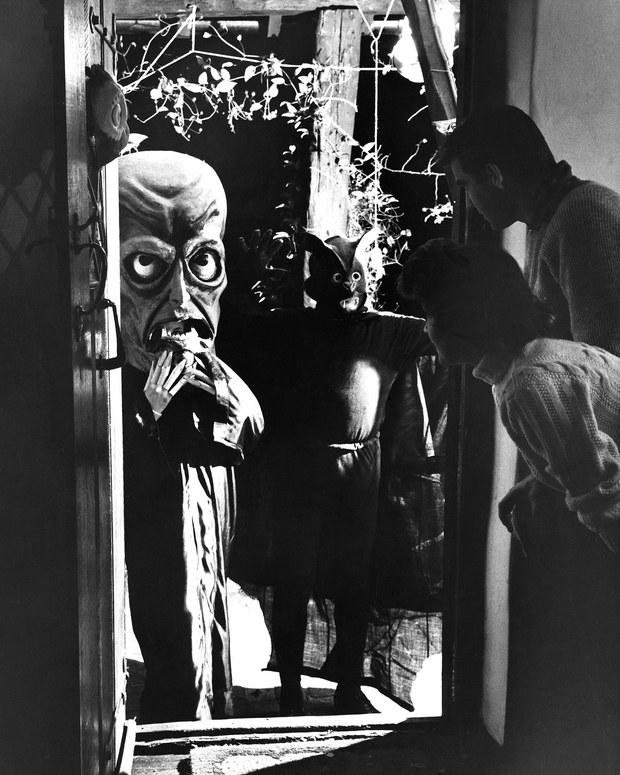 Những bộ hóa trang ám ảnh đến rùng rợn: Halloween ngày xưa kinh dị hơn giờ gấp nhiều lần - Ảnh 16.