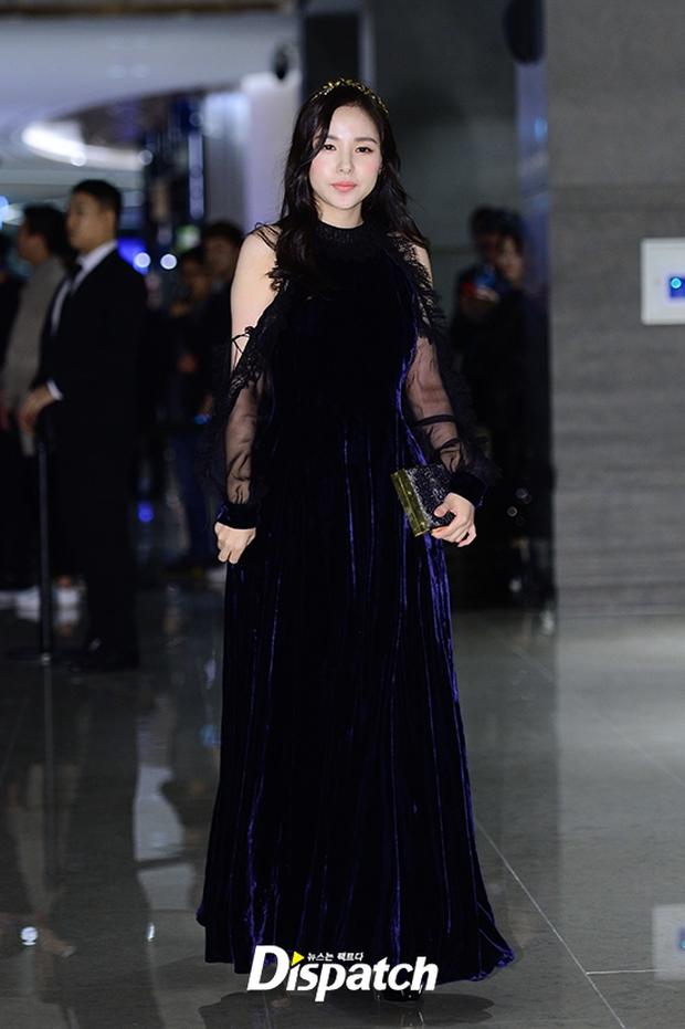 """Sự kiện hiếm có: """"Mẹ Kim Tan"""" Kim Sung Ryung hở bạo, cùng dàn mỹ nhân không tuổi thay nhau """"đè bẹp"""" các nhan sắc đàn em - Ảnh 18."""