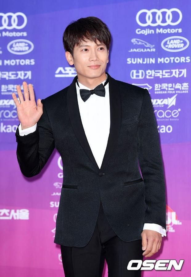 """Thảm đỏ The Seoul Awards: """"Hoa hậu Hàn đẹp nhất thế giới"""" chiếm hết spotlight, Yoona (SNSD) liên tục dùng tay che vòng 1 khiêm tốn - Ảnh 18."""
