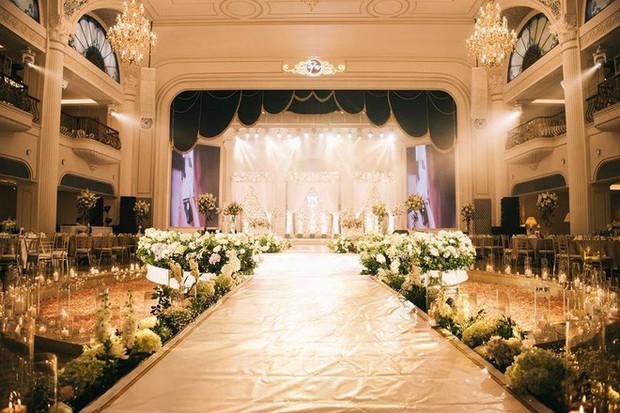Đám cưới sang chảnh với 10.000 bông hoa tươi và váy đính 5.000 viên pha lê của cô dâu xinh đẹp ở Hà Nội - Ảnh 18.