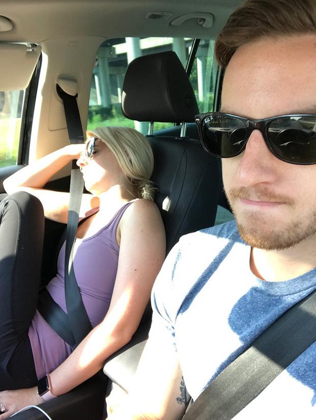 Ông chồng có tâm nhất năm: Cứ nhằm lúc vợ ngủ ngáy trên xe là chụp ảnh rồi khoe khắp mạng xã hội - Ảnh 18.