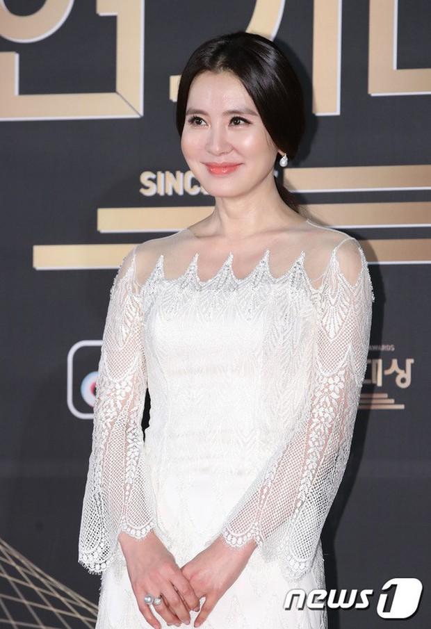 Thảm đỏ KBS Drama Awards: Kim Ji Won gây sốc.. vì quá đẹp, Jang Nara đọ sắc với Kim So Hyun và dàn chị đại không tuổi - Ảnh 14.
