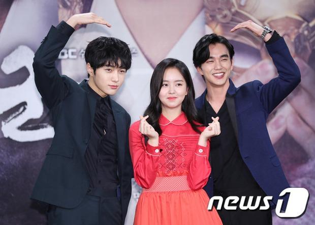 Yoo Seung Ho và L đứng cạnh nhau thôi cũng khiến fan đau đầu, Kim So Hyun mặt tròn vẫn xinh - Ảnh 19.